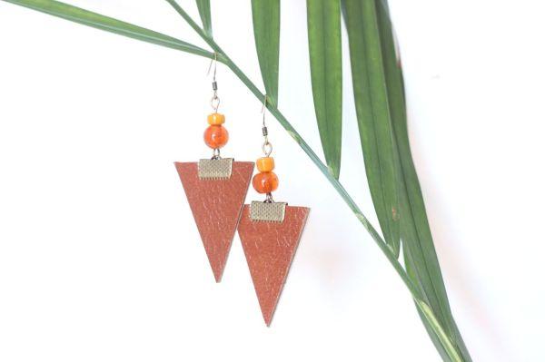 boucle d'oreille triangle cuir camel, doublé cuir beige, perles de rocaille orange