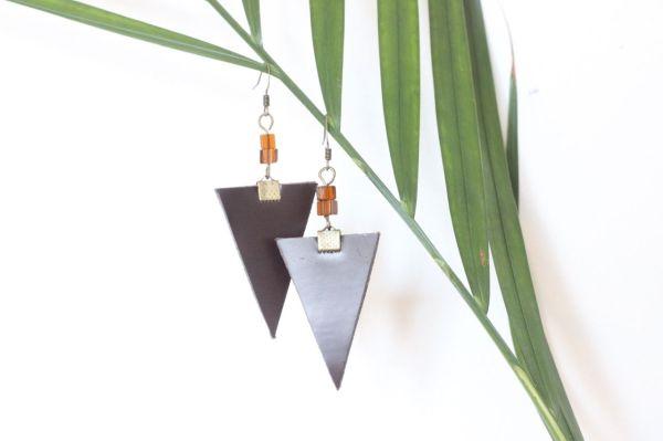 boucle d'oreille triangle cuir marron glacé, doublé cuir marron, perles de rocaille orange