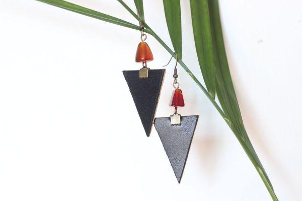 boucle d'oreille triangle cuir noir, 1 belle perle