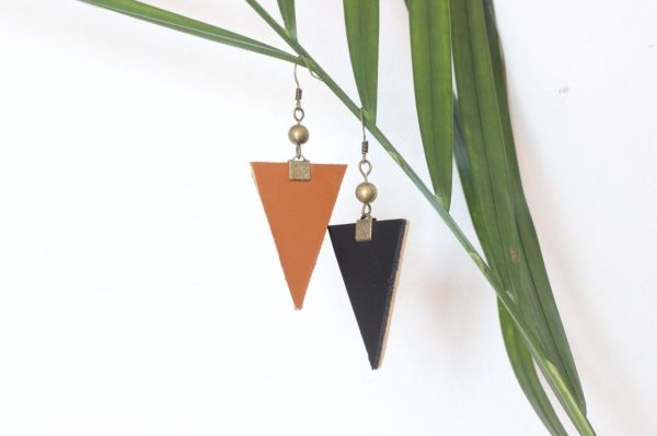 boucle d'oreille triangle cuir noir, doublé cuir camel, 1 cuivré, 2
